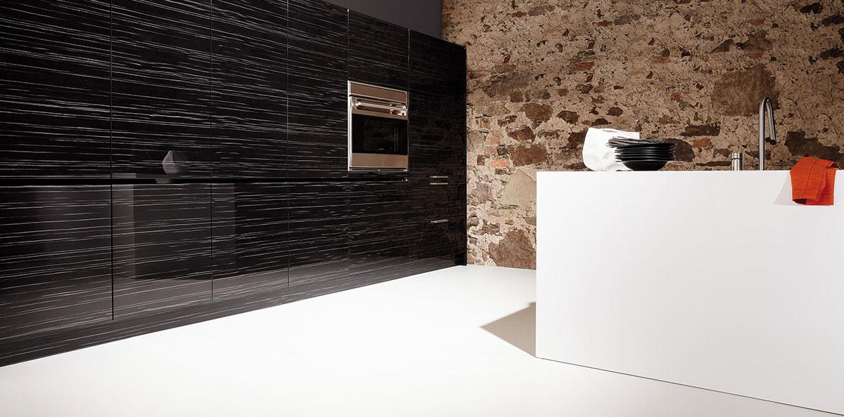 fliesen langenfeld jens langenfeld sitzt am rand des. Black Bedroom Furniture Sets. Home Design Ideas